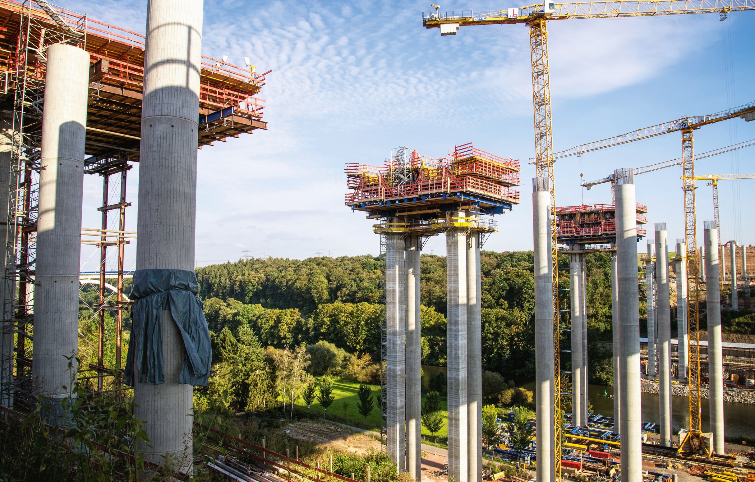 35676489 - construction work on the bridge of the a3 motorway, leading in limburg (germany) over the lahn valley.