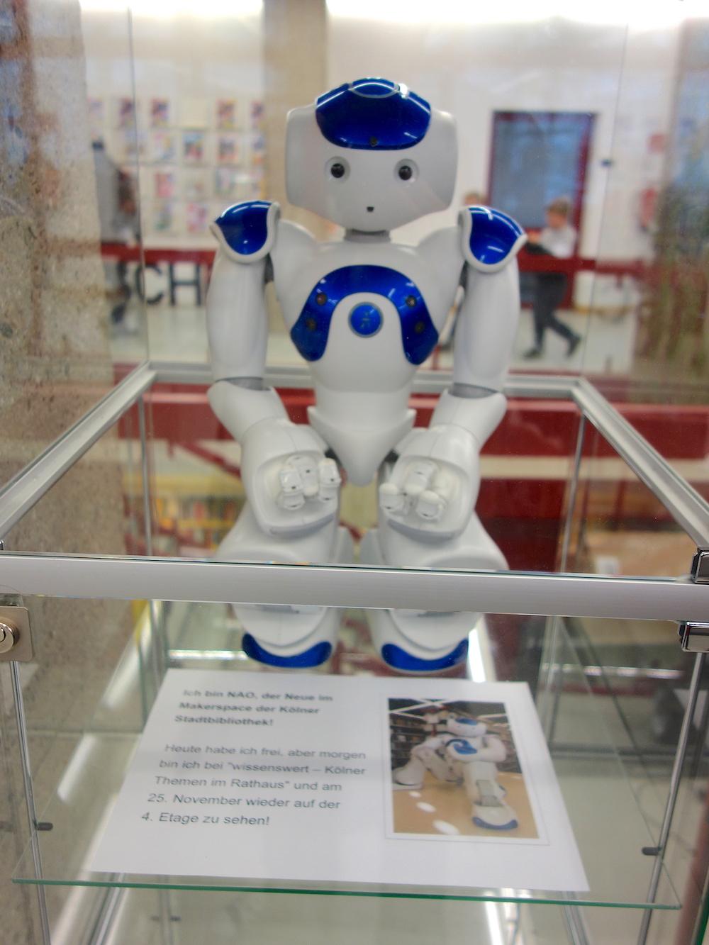 Der Nao-Roboter gehört zum Inventar der Kölner Stadtbibliothek.