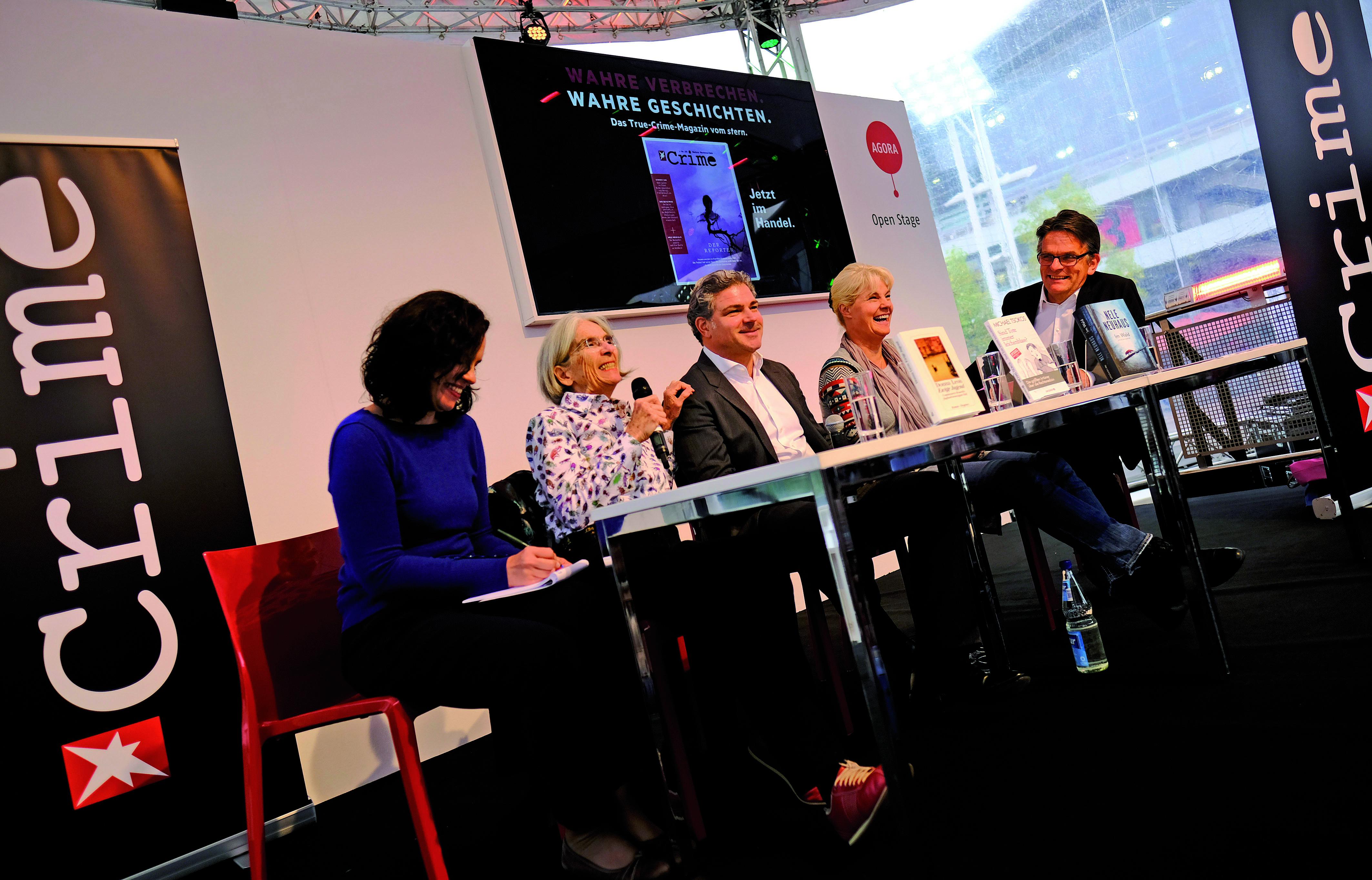 Frankfurt am Main, Hessen, Hesse, Deutschland, Germany. 20.10.2016 Crime Talk auf der Open Stage, mit Donna Leon und Nele NeuhausFlandern und Niederlande sind die Ehrengaeste der Frankfurter Buchmesse 2016. Flanders and Netherlands are the Guest of Honour 2016 at the Frankfurt Book Fair