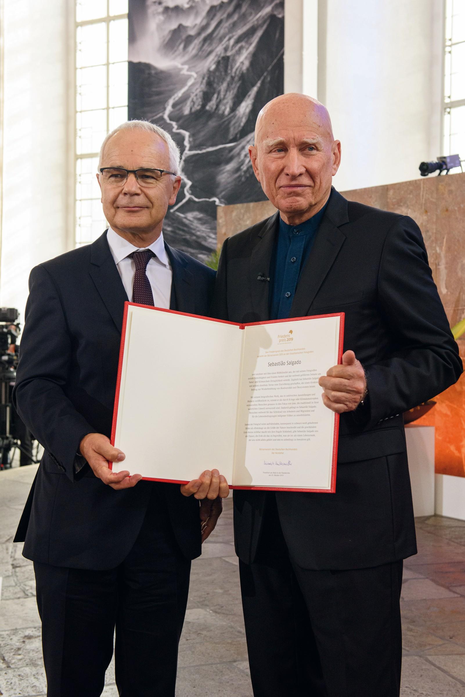 Friedenspreis: Der brasilianische Fotograf Sebastião Salgado (r.) wurde von Börsenvereins-Vorsteher Heinrich Riethmüller mit dem Friedenspreis geehrt. (Foto: Tobias Bohm)