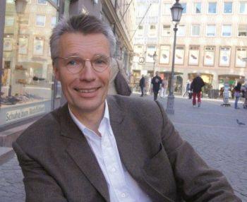 Rüdiger Salat übernahm 1991 die kaufmännische Leitung beim Deutschen Taschenbuch Verlag. 1998 wechselte er zur Verlagsgruppe Georg von Holtzbrinck. Dort war er ?14 Jahre als Mitglied der Geschäftsführung für den Geschäftsbereich der deutschsprachigen Publikumsverlage verantwortlich.