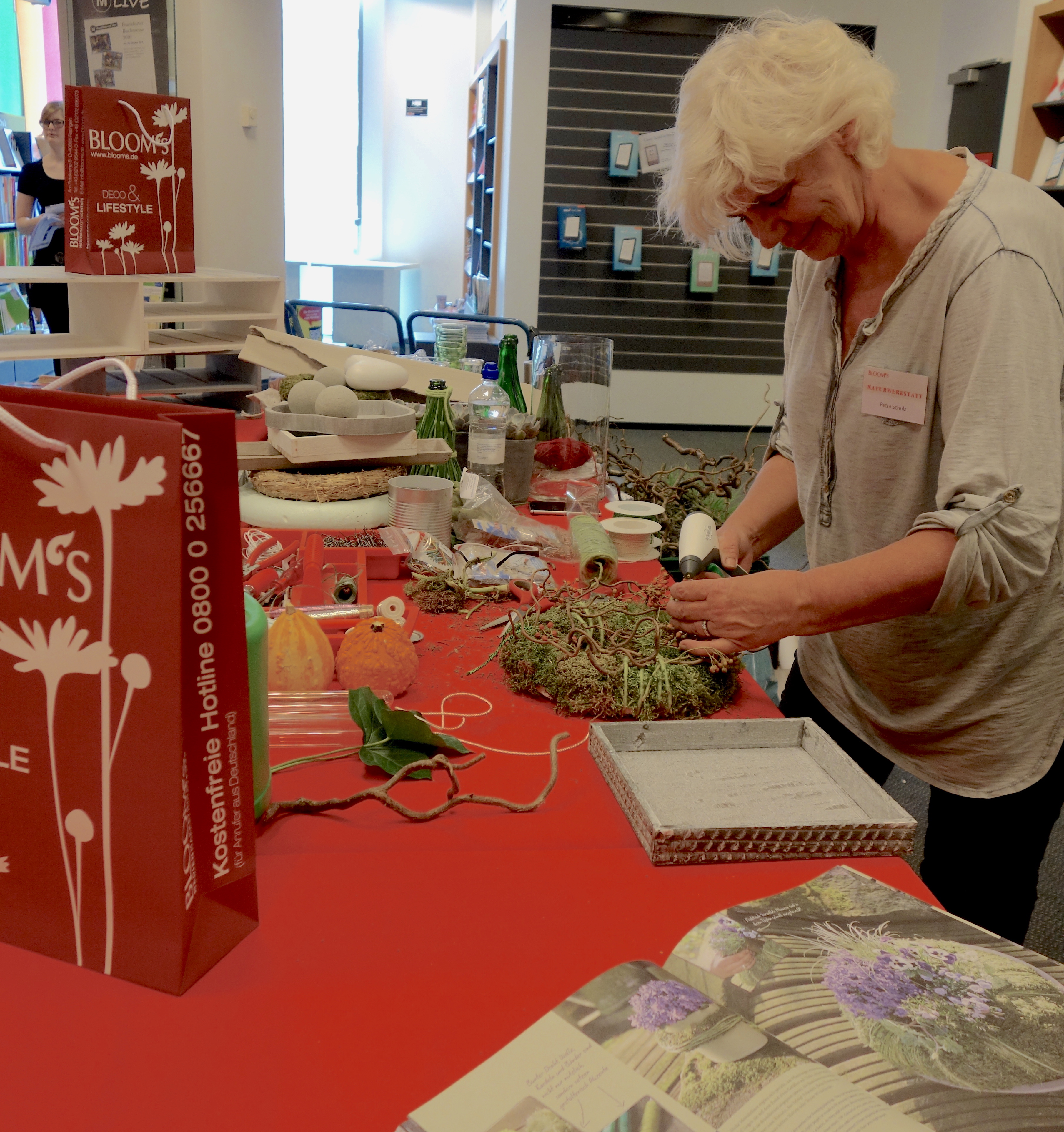 Petra Schulz von Blooms zeigte, wie man mit Fundstücken aus dem Wald tolle Dekos basteln kann.