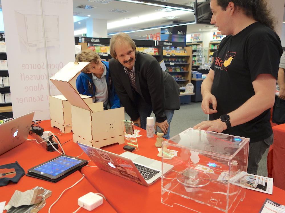 Mario Lukas (rechts) präsentierte einen 3D Scanner, mit dem Maker dreidimensionale Objekte kopieren können.