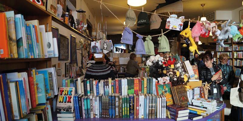 Ein Paradies für Kinder mit Büchern und Menagerie