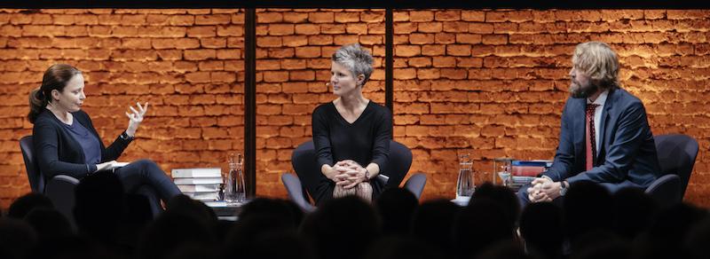 Das Moderatoren Trio. Von links: Svenja Flaßpöhler, Thea Dorn und Knut Cordsen.