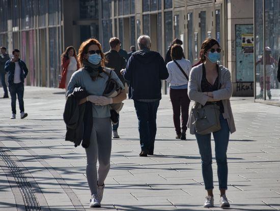 Einkaufsstraße mit Menschen