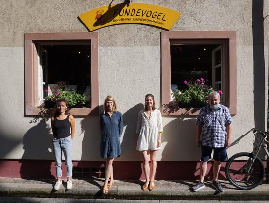 Kompetenz fürs Kinderbuch: Julia Finger, Carola Meyer und Kirby Bayraktar sind Teil des Teams der Freiburger Buchhandlung Fundevogel, die Claus-Peter Jepsen 1985 gegründet hat (v.l.). (Foto: buchreport/EK)