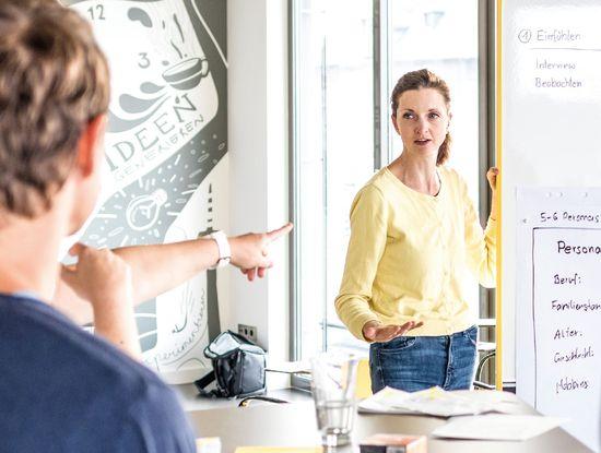 """Geübte Vermittlerin: Ingrid Gerstbach greift mit ihrem Buch """"Die Kunst der Online-Moderation"""", das bei Hanser Fachbuch erschienen ist, einen aktuellen Trend auf. Die Österreicherin ist Fachfrau für Kommunikation und betreibt mit ihrem Mann eine eigene Agentur. Als Innovationsexpertin arbeitet sie auch für verschiedene Universitäten. In den vergangenen Jahren hat sie mehrere Bücher, u.a. bei Gabal und Redline, veröffentlicht. (Foto: privat)"""