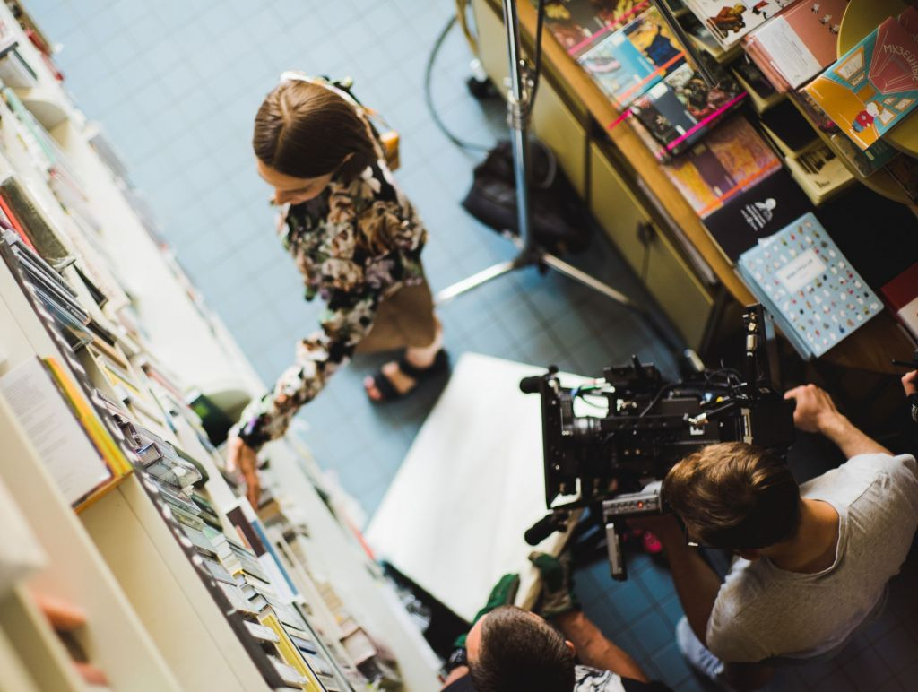 Vom Buch zum Film (Foto: cottonbro/pexels)