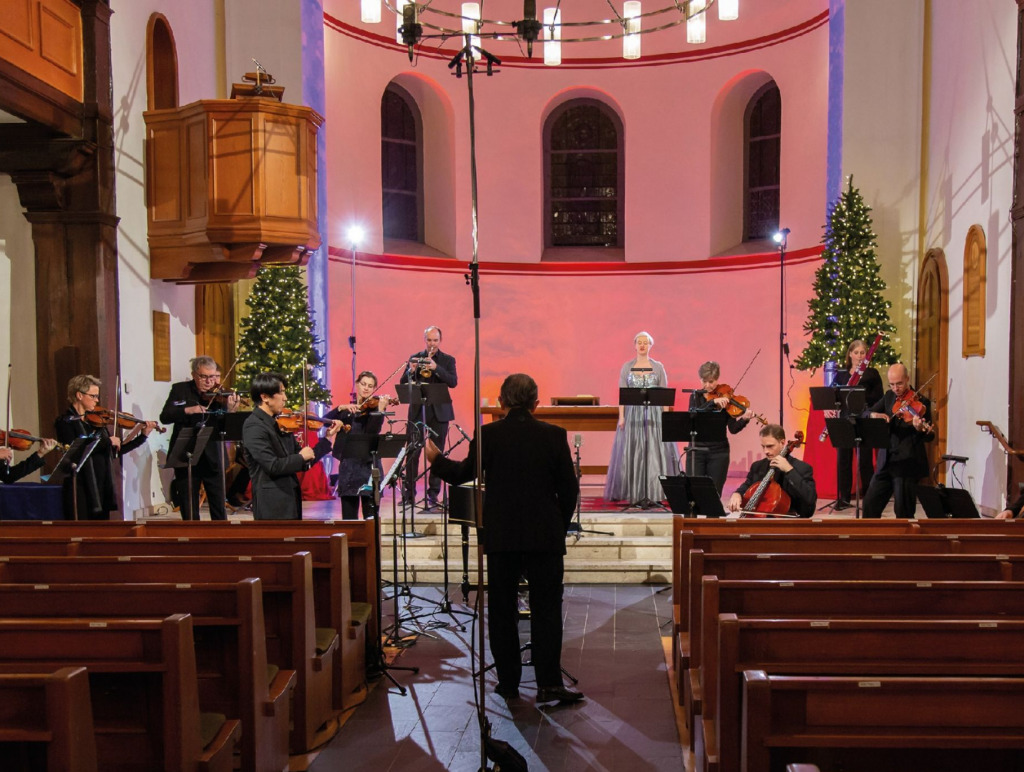 Gemeinsames Musizieren mit Abstand, Foto: Sturmius Trachternach Philharmonie Suedwestfalen)
