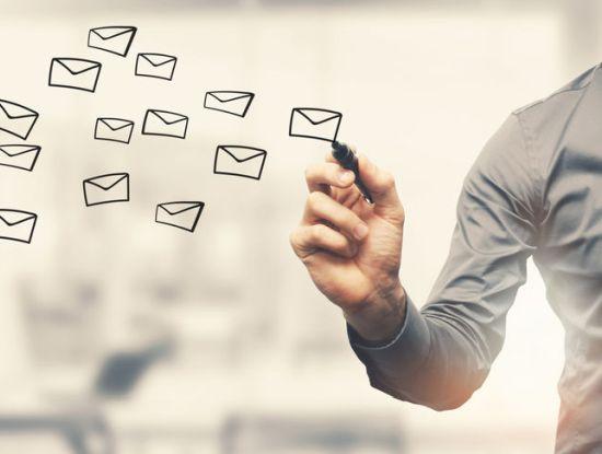 E-Mail-Versand (Foto: ronstik / 123RF.com)