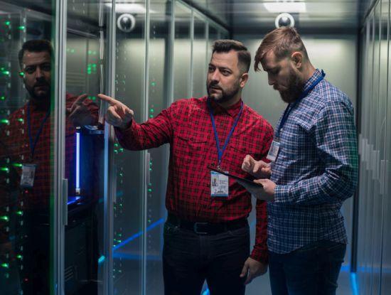 Zwei Männer in einem Serverraum