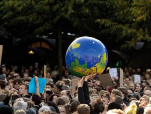 Klimaschutz hochhalten (Foto: 123rf.com / hummersallad)