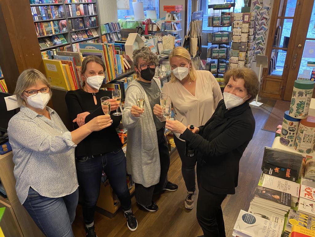 Das Team der Buchhandlung Riepenhausen freut sich über den Österreichischen Buchhandlungspreis 2021(Foto: Buchhandlung Riepenhausen)