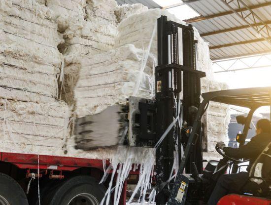 Verladearbeiten in einer Papier- und Zellstofffabrik