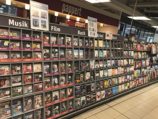 Bücher als Teil des Portfolios: Spotlight bietet CDs, DVDs, Games und Taschenbücher auch in Frontalpräsentation an. Das Foto zeigt ein Regal im Supermarkt Tegut in Fulda. (Foto: Spotlight)