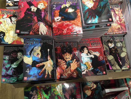 "Kazés Manga-Erfolgsserie ""Jujutsu Kaisen"" als Stapelware im Handel"